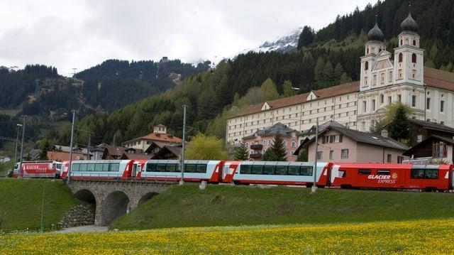 Kloster Disentis mit dem Glacier-Express