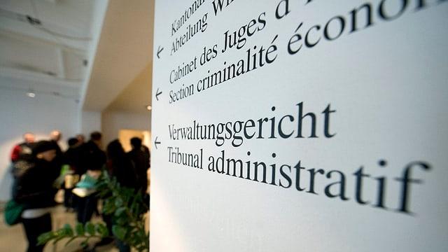 Ein Schild zum Verwaltungsgericht.