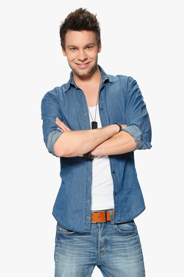 Junger Mann in blauem Jeanshemd.