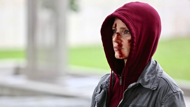 Als Auftragskillerin Ava muss Jessica Chastain viel einstecken. Sie hat ein blutiges Gesicht.