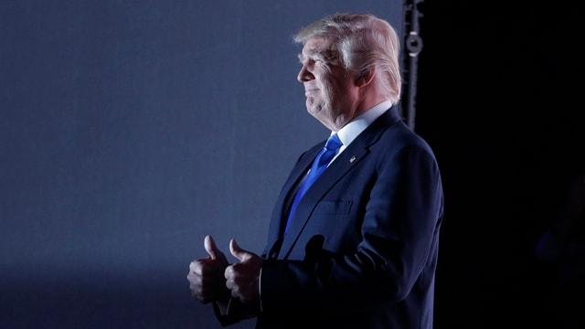 Donald Trump hält beide Daumen hoch.