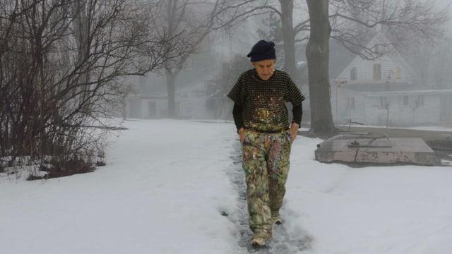 Larry Poons hat Farben auf seinem Gewand. Er stapft durch den Schnee.