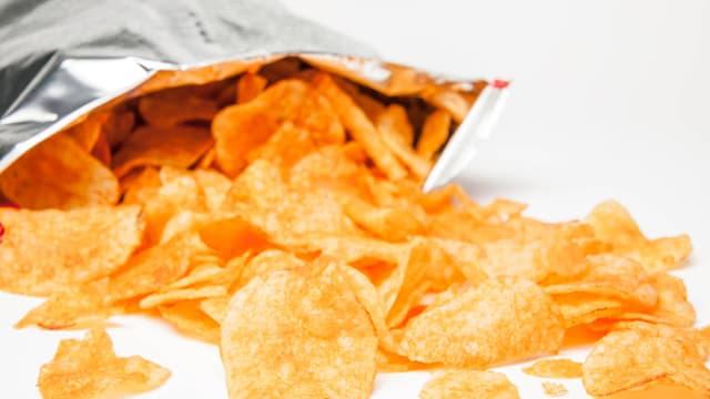Eine offene Tüte Chips