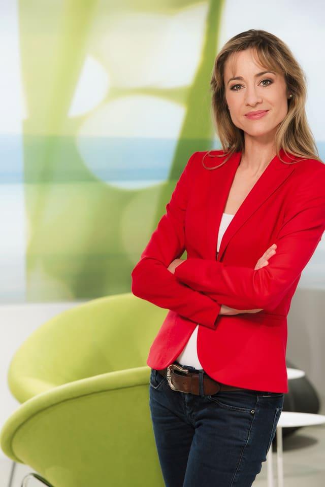 Corinne Waldmeier steht in rotem Blazer im «Puls»-Studio