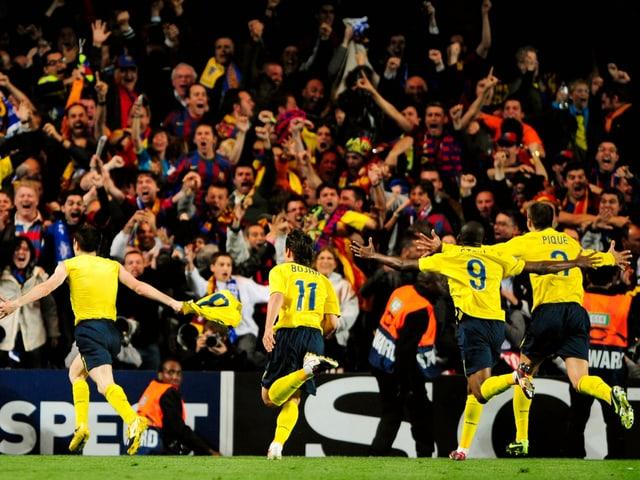 Nach Andres Iniestas Ausgleich gibt es bei den Barcelona-Fans und -Spielern kein Halten mehr.