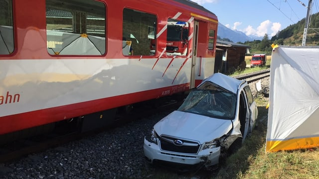 Zug, beschädigtes Auto