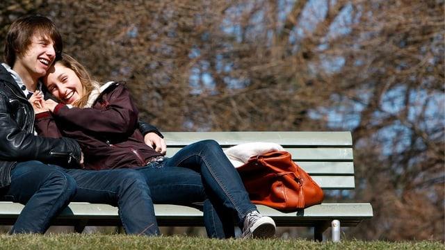 Junges Paar auf einer Parkbank