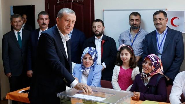 Il president tirc Tayyip Erdogan dat giu sia vusch.