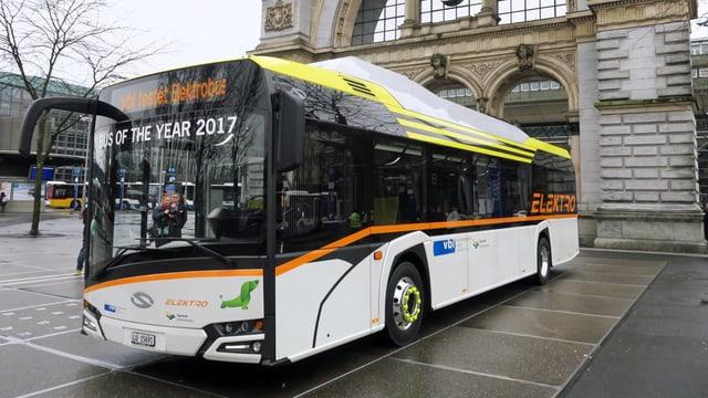 Ein Elektrobus vor dem Luzerner Bahnhof.
