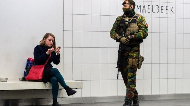 In schuldà patrugliescha a la staziun da metro Maelbeek, in dals lieus dal terror a Brüssel.
