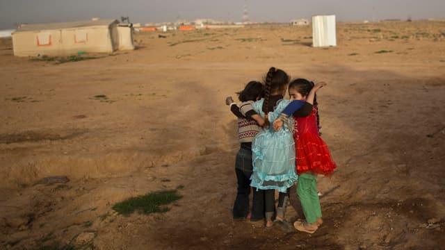 3 mattettas sirianas en ina citad da tendas in Jordania.