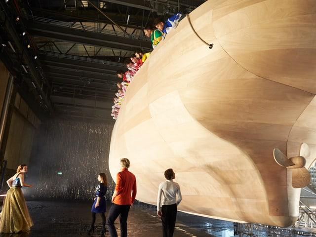Der Bühnenbildner Bert Neumann hat eine riesige Holzarche in die Halle des Schiffbaus gebaut.