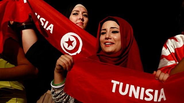 Frauen mit der tunesischen Flagge
