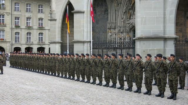 Soldaten in einer schnurgeraden Reihe vor dem Münster