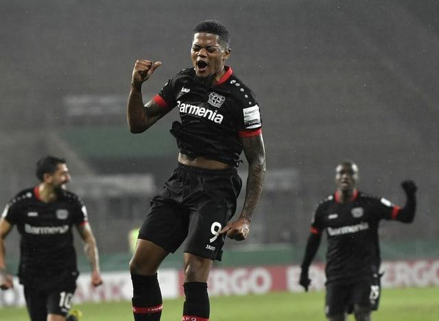Leon Bailey bejubelt ein Tor für Leverkusen.