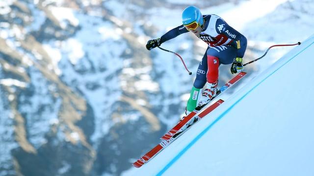 Skifahrer auf sehr steiler Strecke