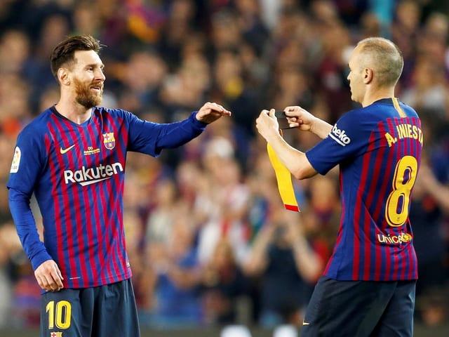 Andres Iniesta überlässt die Kapitänsbinde seinem Nachfolger Lionel Messi.