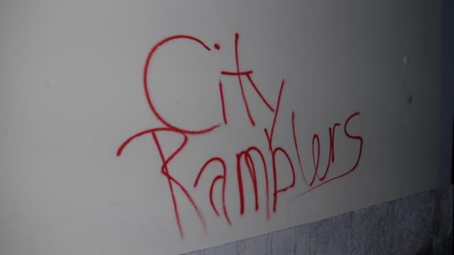 Graffiti auf einer Hausfassade.