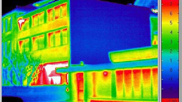 Aussenaufnahme eines Gebäudes mit Infrarottechnik zur Bestimmung von vermeidbarem Energieverbrauch.