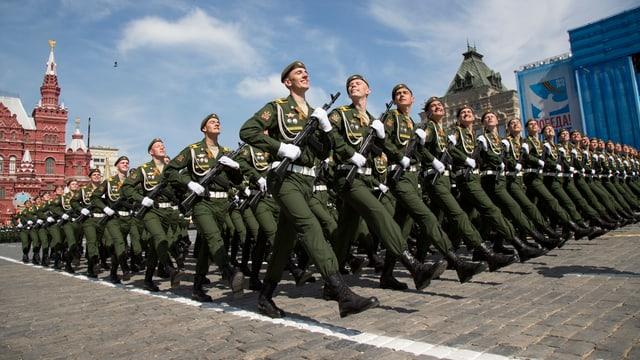 Eine Militärparade auf dem roten Platz.