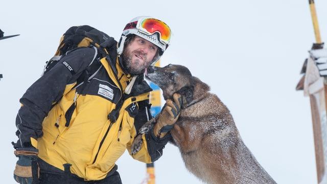 Rettungshund Chiabba gibt Retter Matthias Schlatter ein Müntschi