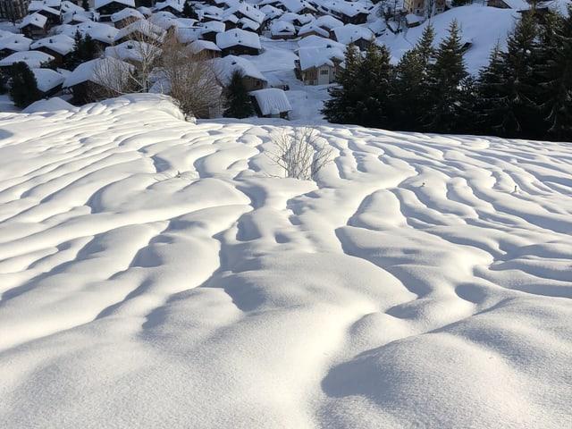 Rillen im Schnee von oben.
