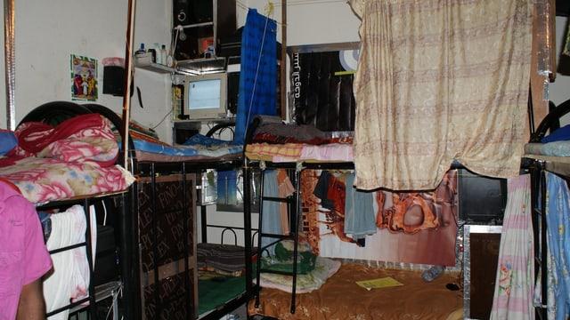 Ein kleines Zimmer mit Doppelbetten.