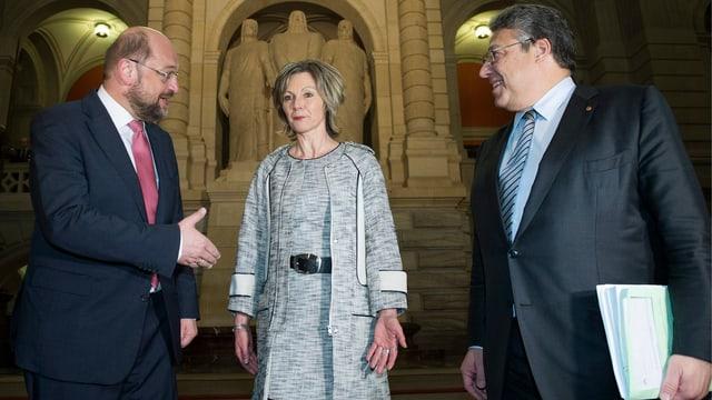 Die Drei stehen nebeneinander und diskutieren.