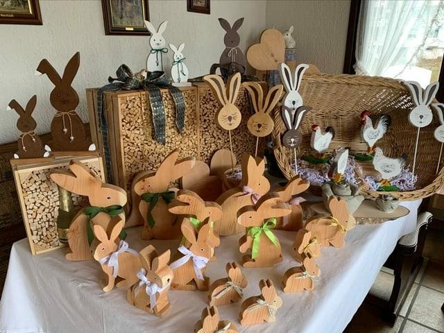 Dutzende Hasen aus Holz gebastelt.