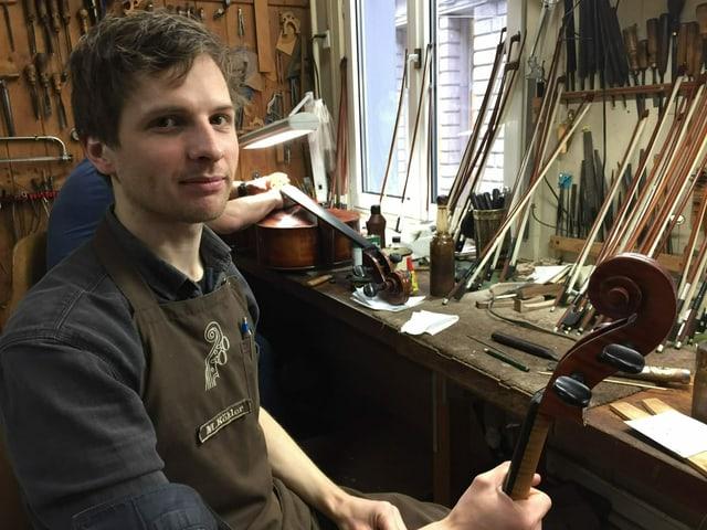 Mitarbeiter Martin Köhler restauriert gerade ein Cello.