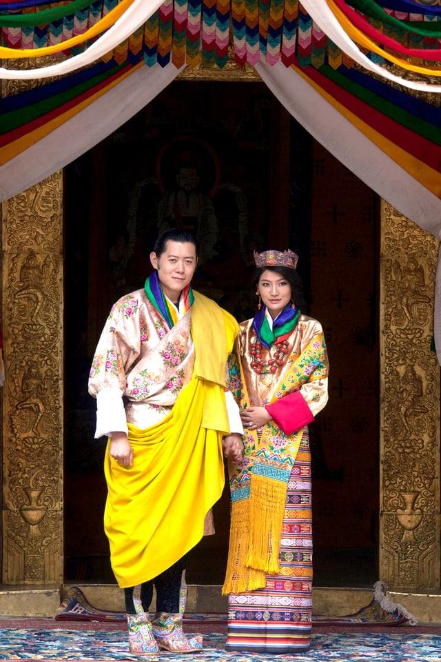 Mann und Frau in traditioneller Hochzeitskleidung.