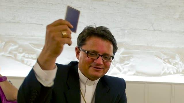 Bischof Felix Gmür beim Jassen