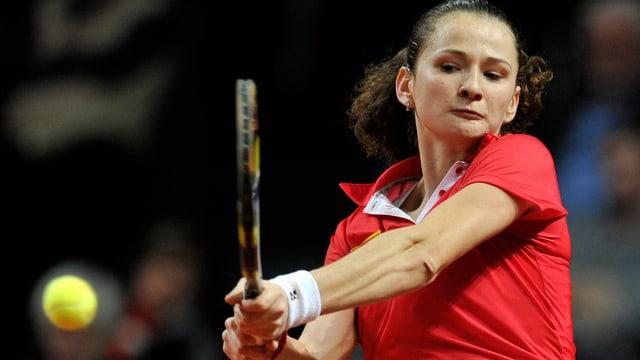 Amra Sadikovic bei einer zweihändigen Vorhand.