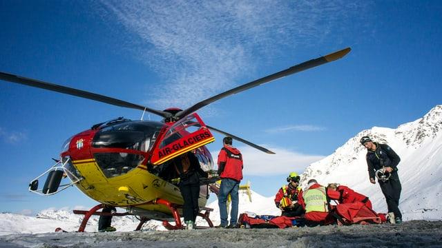 Helicopter vid salvar ina persuna blessada en la muntogna.