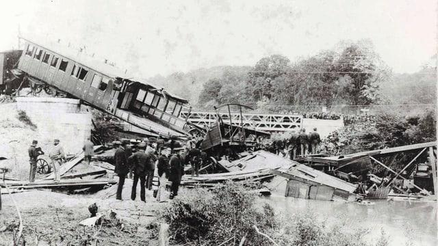Menschen betrachten den in die Birs gestürzten Zug