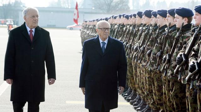 Il president da la Confederaziun, Johann Schneider-Ammann, beneventa il president da la Tunesia, Béji Caïd Essebsi, cun onurs militaras a l'eroport da Turitg.