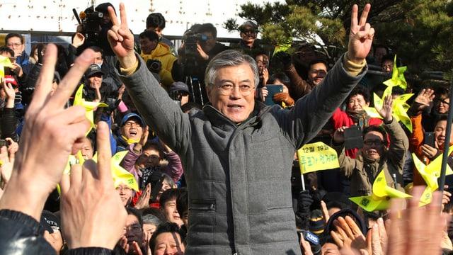 Moon Jae In zeigt Victory-Zeichen bei einer Wahlkampfveranstaltung.