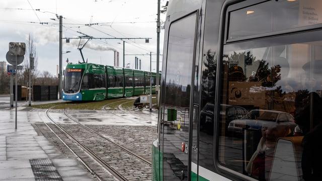 Zwei Trams auf der neuen Linie