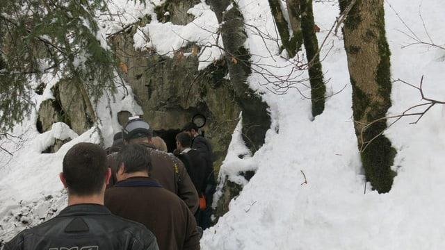 Männer stehen Schlange vor Bunkereingang