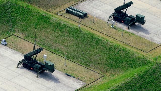 Blick von oben auf zwei Patriot-Abwehrsysteme in Tokio