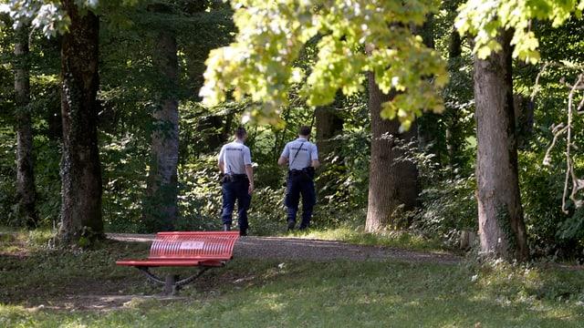 Zwei Securitas-Angestellte patrouillieren beim Asylzentrum Alpnach