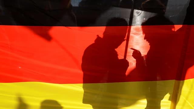 Menschen hinter Deutschland-Flagge