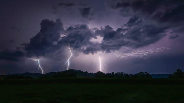 Drei Blitze schlagen gleichzeitig ein.