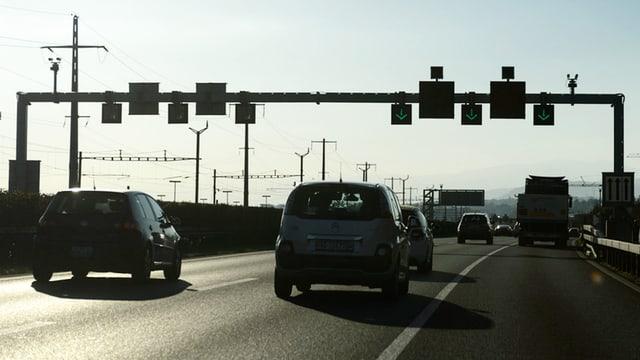Ils autos sin la A1 tranter Genevra e Losanna dastgan era charrar sin il vial da panna cura ch'i ha bler traffic.