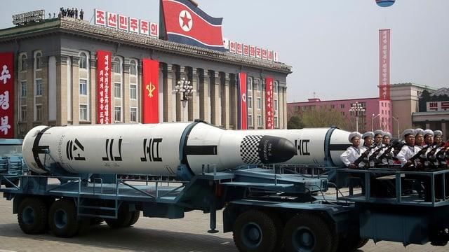 Eine Rakete auf einem Anhänger.