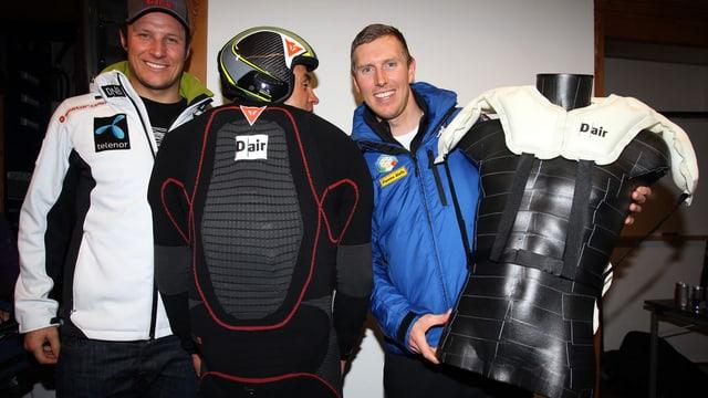 Aksel Lund Svindal, Kristian Ghedina und Werner Heel posieren mit Airbags