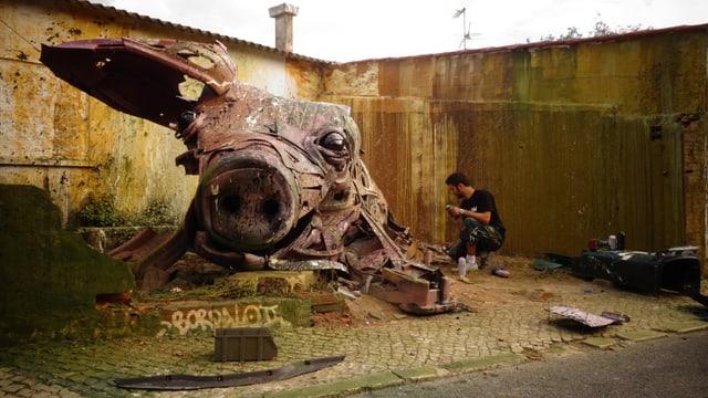 Bordalo II mit seiner Schweinskulptur.