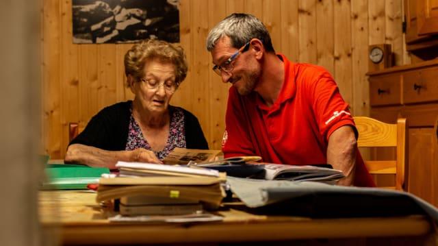 Fede e Philip guardan ils documents vegls da Buseno.