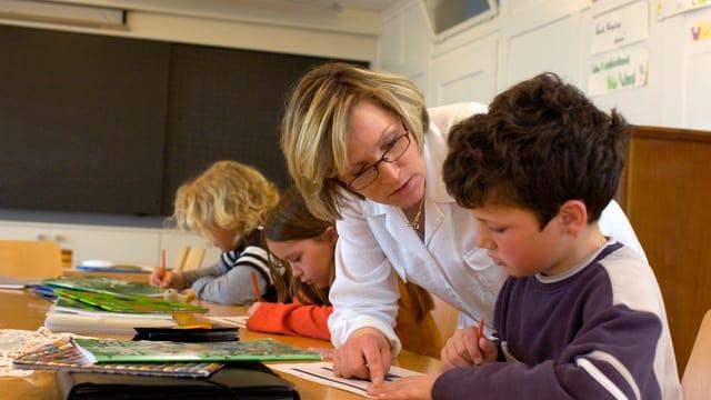 Eine Lehrerin am unterrichten.