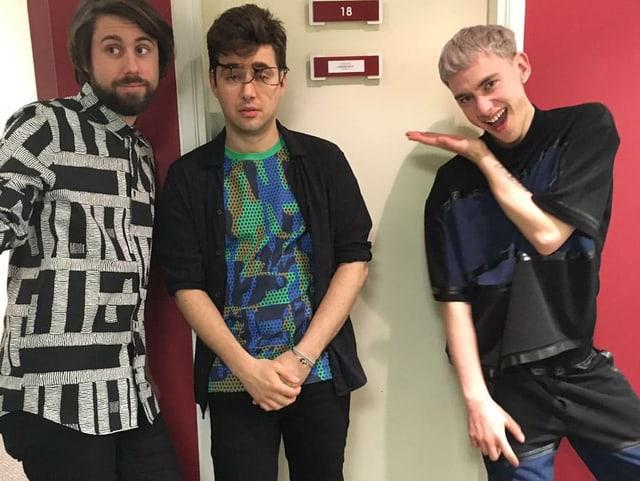 Die Band in auffälligen Shirts